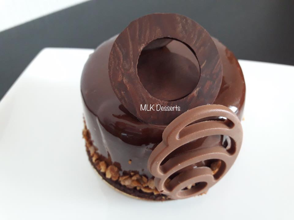 Mini entremet chocolat et insert praliné et crémeux chocolatnoir