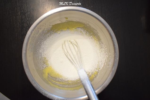 Ajout de maïzena tamisée au mélange jaunes + sucre