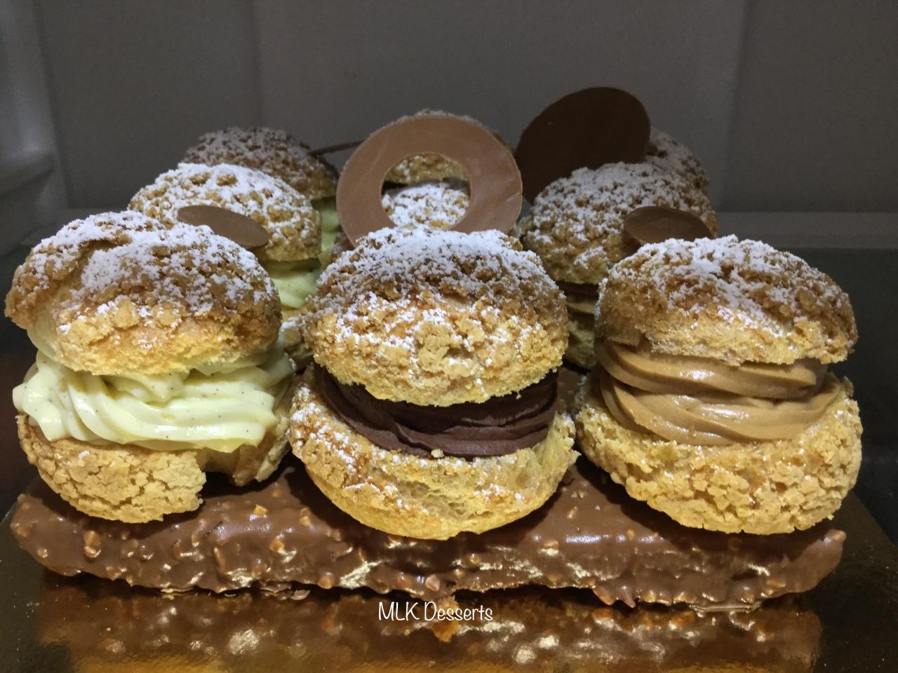 Choux crème pâtissière vanille, crémeux praliné et chantilly chocolat sur un biscuit glaçage rocher