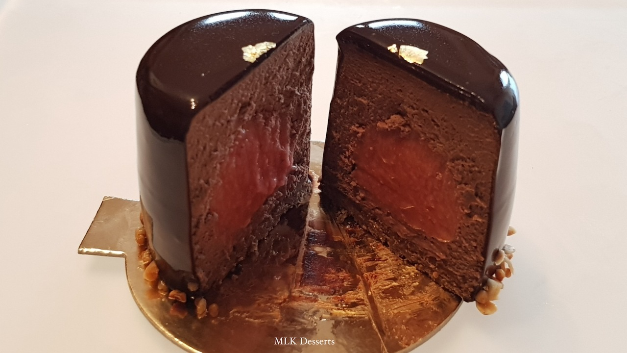 Entremet individuel mousse chocolat noir et insert confitfraise/rhubarbe
